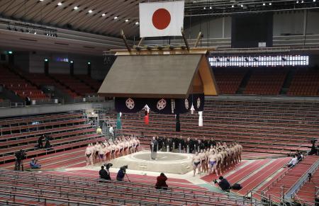 史上初めて無観客で開催された大相撲春場所の千秋楽。全取組終了後に協会あいさつが実施された=3月22日、エディオンアリーナ大阪