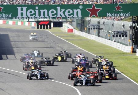 19年のF1日本GP決勝で一斉にスタートするマシン