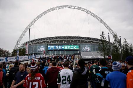 2014年10月、ロンドンで行われたNFL公式戦、ファルコンズ―ライオンズ戦を前に、ウェンブリースタジアムに行列をつくるファンたち(AP=共同)