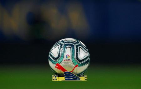 ボールに記されたスペイン・リーグのロゴ=ビジャレアル(ロイター=共同)