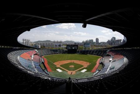 韓国プロ野球の開幕を間近に控えたソウルの球場=4月(AP=共同)