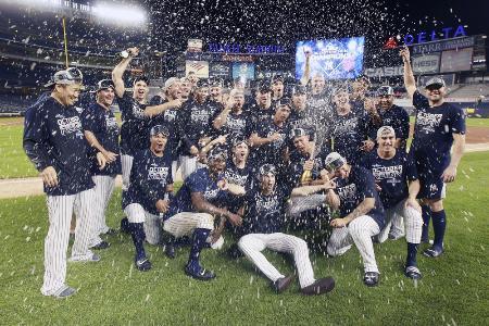 昨年、ア・リーグ東地区優勝を決めて、大喜びする田中(左端)とヤンキースの選手ら=2019年9月、ニューヨーク(USA TODAY・ロイター=共同)