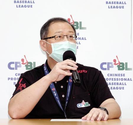 記者会見する台湾プロ野球の呉志揚コミッショナー=5日、台北(中華職棒大連盟提供・共同)