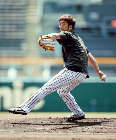 投球練習する阪神・藤川=甲子園(球団提供)