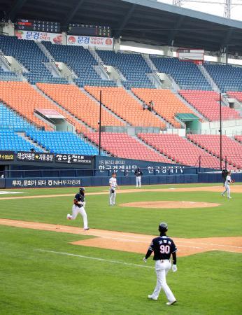 5日、無観客で開幕した韓国プロ野球=ソウル(聯合=共同)