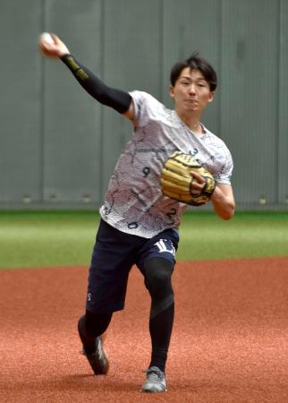 キャッチボールをする西武・源田=埼玉県所沢市(球団提供)