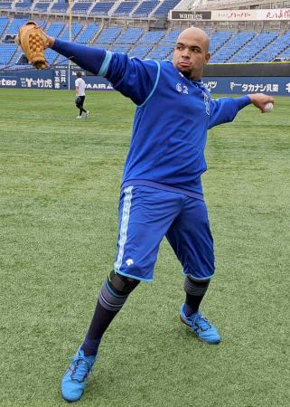 キャッチボールするDeNA・エスコバー=6日、横浜スタジアム(球団提供)