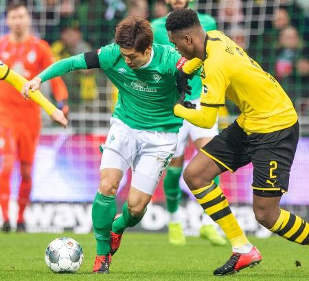ドイツ1部リーグ、ドルトムント戦で競り合うブレーメンの大迫=2020年2月、ブレーメン