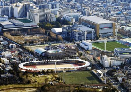 味の素ナショナルトレーニングセンター。手前は陸上トレーニング場。右は味の素フィールド西が丘。奥は屋内トレーニングセンター=東京都北区