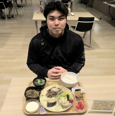 食事をとる西武の平良=7日、埼玉県所沢市(球団提供)