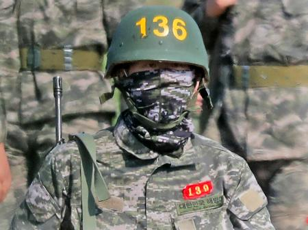 韓国で軍事訓練を受けるサッカーのイングランド・プレミアリーグ、トットナムの孫興民=6日、済州島(AP=共同)