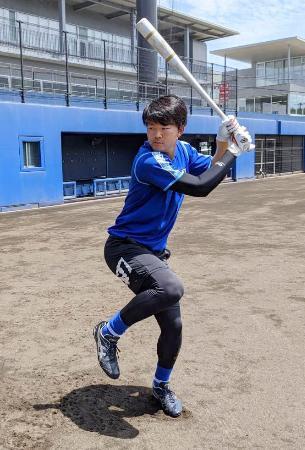 打撃練習に取り組むDeNA・楠本=神奈川県横須賀市(球団提供)