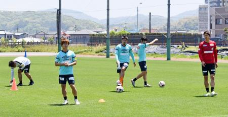 約1カ月ぶりに練習を再開した長崎の選手=長崎県諫早市(クラブ提供)
