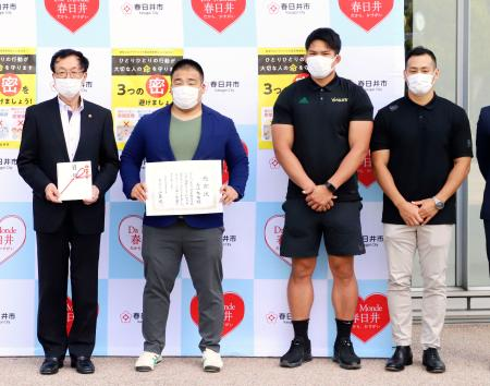 愛知県春日井市にマスクを寄付したラグビーの(左2人目から)長江有祐、姫野和樹、彦坂匡克の各選手。左端は伊藤太市長=11日、春日井市(同市提供)