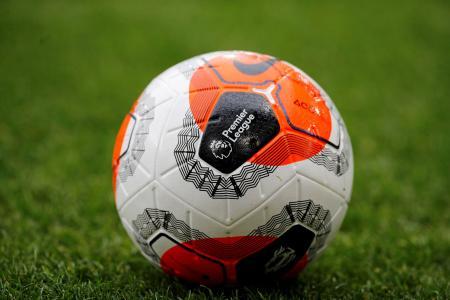プレミアリーグのロゴが描かれたサッカーボール=2月、バーンリー(ロイター=共同)