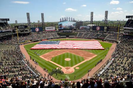 昨年の米独立記念日に行われた大リーグの試合で、球場に登場した巨大な米国旗=2019年7月4日、シカゴ(AP=共同)