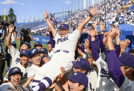 昨年の大学野球選手権で優勝し、善波監督を胴上げする明大ナイン=2019年6月、神宮球場