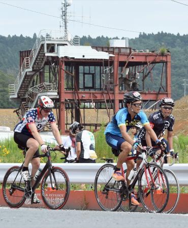 東日本大震災の被災地を疾走する「ツール・ド・東北」=2015年、宮城県南三陸町