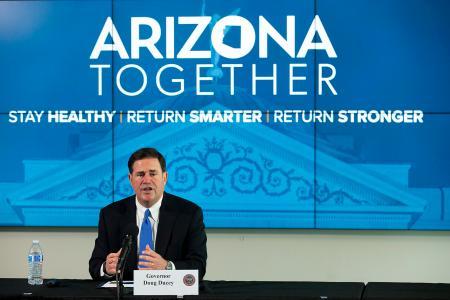 記者会見する米アリゾナ州のデュシー知事=12日、同州フェニックス(ジ・アリゾナ・リパブリック紙、AP=共同)