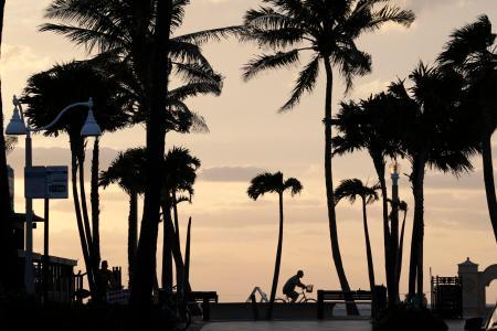 フロリダ州ハリウッドの海岸にある遊歩道=13日(AP=共同)