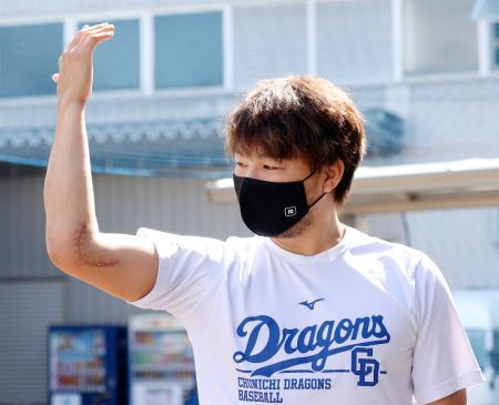 手術後の右肘について話す中日・田島=ナゴヤ球場