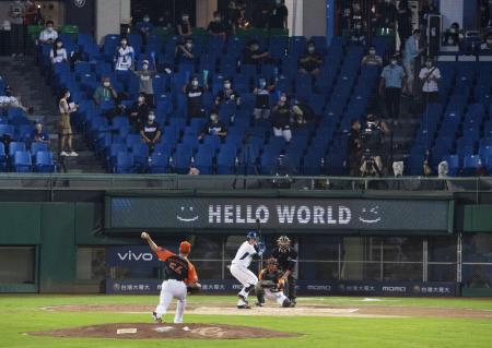 8日、観客を入れて試合が行われた台湾プロ野球=台湾・新北市(ゲッティ=共同)