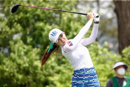 韓国女子プロ選手権の第1ラウンドでショットを放つイ・ボミ=韓国・楊州(ゲッティ=共同)