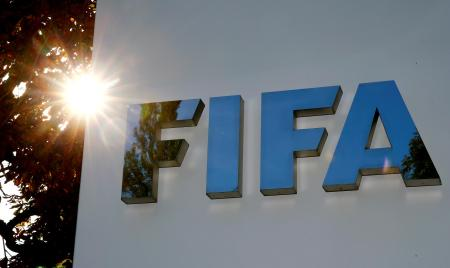 FIFA本部に掲げられたロゴ=チューリヒ(ロイター=共同)