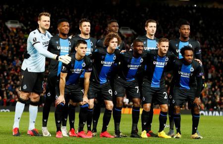 2月、欧州リーグのマンチェスター・ユナイテッド戦に臨むクラブ・ブリュージュの選手たち=マンチェスター(ロイター=共同)