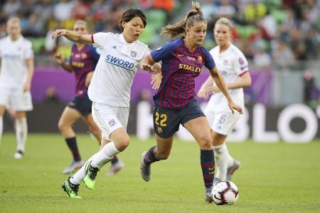 2019年5月の女子欧州チャンピオンズリーグ決勝でバルセロナの選手と競り合うリヨンの熊谷(手前左)=ブダペスト(ゲッティ=共同)