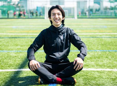 サッカーのドリブルを専門に指導する「ドリブルデザイナー」の岡部将和さん(トラビスタ提供)