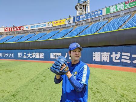 キャッチボールするDeNAの平良=横浜スタジアム(球団提供)
