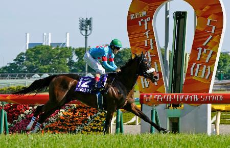 第15回ヴィクトリアマイルで優勝したアーモンドアイ=東京競馬場