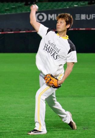 自主練習でキャッチボールするソフトバンク・岩崎=ペイペイドーム(球団提供)