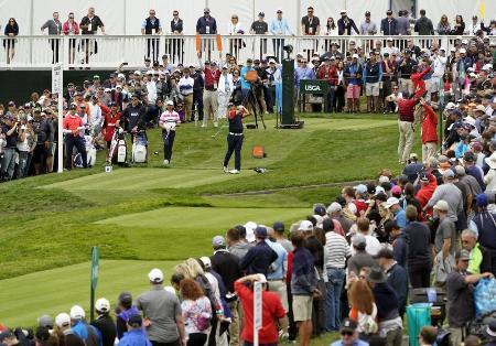 昨年の全米オープンゴルフ第1ラウンド、9番でティーショットを放つ松山英樹=2019年6月
