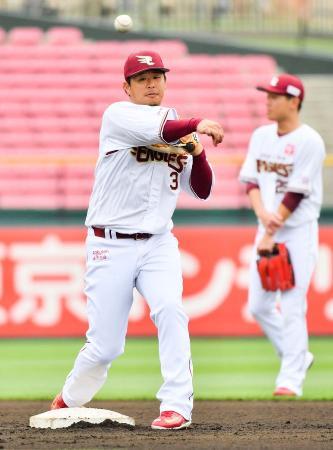 チーム練習で調整する楽天・浅村(左)=楽天生命パーク宮城(球団提供)