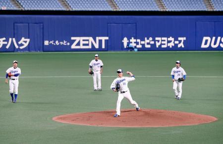 投内連係の練習をする大野雄(手前)ら中日投手陣=ナゴヤドーム