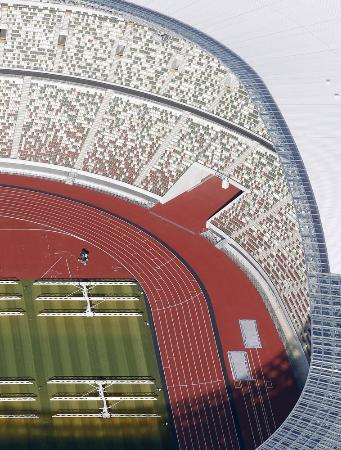 東京五輪・パラリンピックのメインスタジアムとなる国立競技場のトラックと観客席=2019年11月