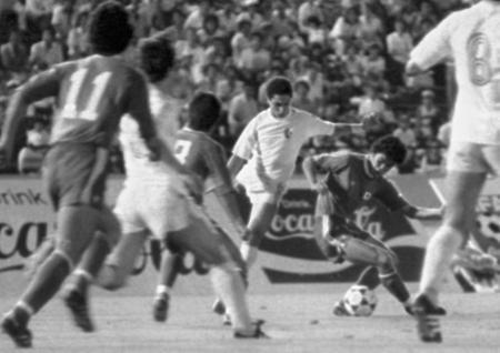 世界ユース選手権のアルジェリア戦を戦う日本代表。尾崎はこのチームの中心選手だった=1979年8月27日、旧国立競技場