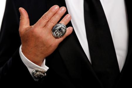 1億円超で落札された2017年スーパーボウルの優勝リング=ビバリーヒルズ(ロイター=共同)