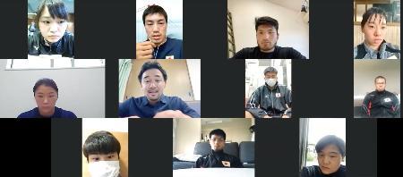 ボクシングの東京五輪代表らにオンラインで講座を開いた山中慎介氏(中段左から2人目)。上段左から2人目は成松大介=23日(日本ボクシング連盟提供)