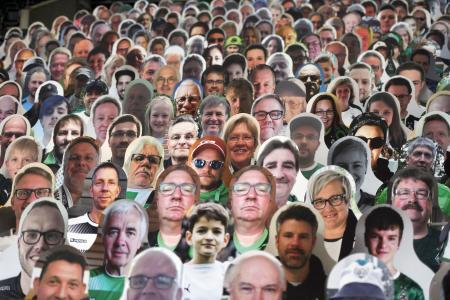ドイツ1部リーグ、ボルシアMGの本拠地の観客席に並べられたサポーターの顔写真=メンヘングラッドバッハ(AP=共同)