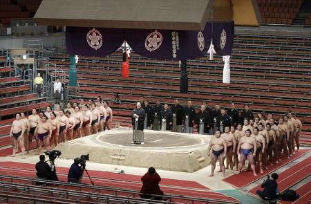 無観客で実施された大相撲春場所の千秋楽で、あいさつする日本相撲協会の八角理事長(土俵中央)=3月、エディオンアリーナ大阪