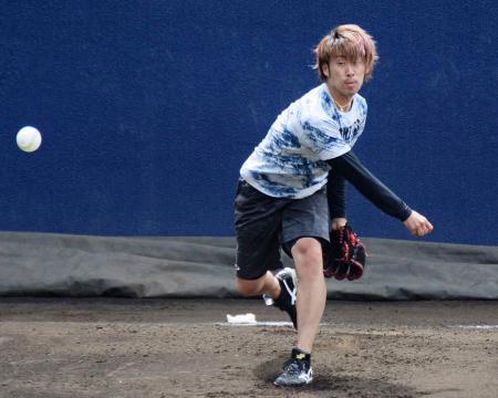 投球練習する日本ハム・秋吉=千葉県鎌ケ谷市(球団提供)