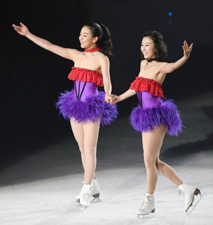 2016年7月、「ザ・アイス」の大阪公演で演技を披露した浅田真央さん(左)と姉の舞さん