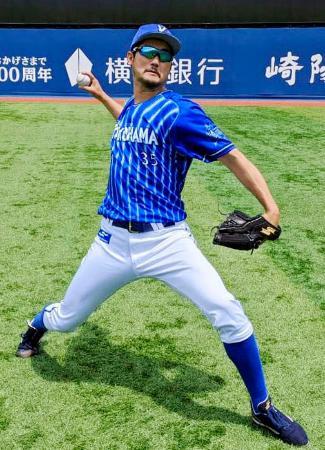 キャッチボールで汗を流すDeNAの三上=横浜スタジアム(球団提供)