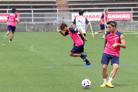 間隔を空けて練習するC大阪の選手=大阪市(株式会社セレッソ大阪提供)