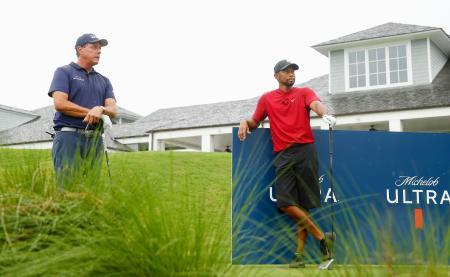 慈善テレビマッチに参加したタイガー・ウッズ(右)とフィル・ミケルソン=米フロリダ州(ゲッティ=共同)