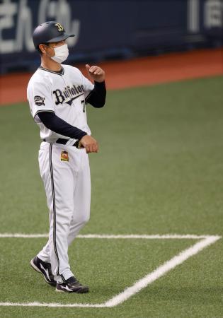 紅白戦でマスクを着けたオリックスの三塁コーチ=26日、京セラドーム大阪