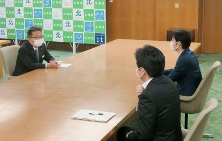 北海道の鈴木直道知事(右奥)と会談するプロ野球日本ハムの川村浩二球団社長(左)=27日午後、北海道庁